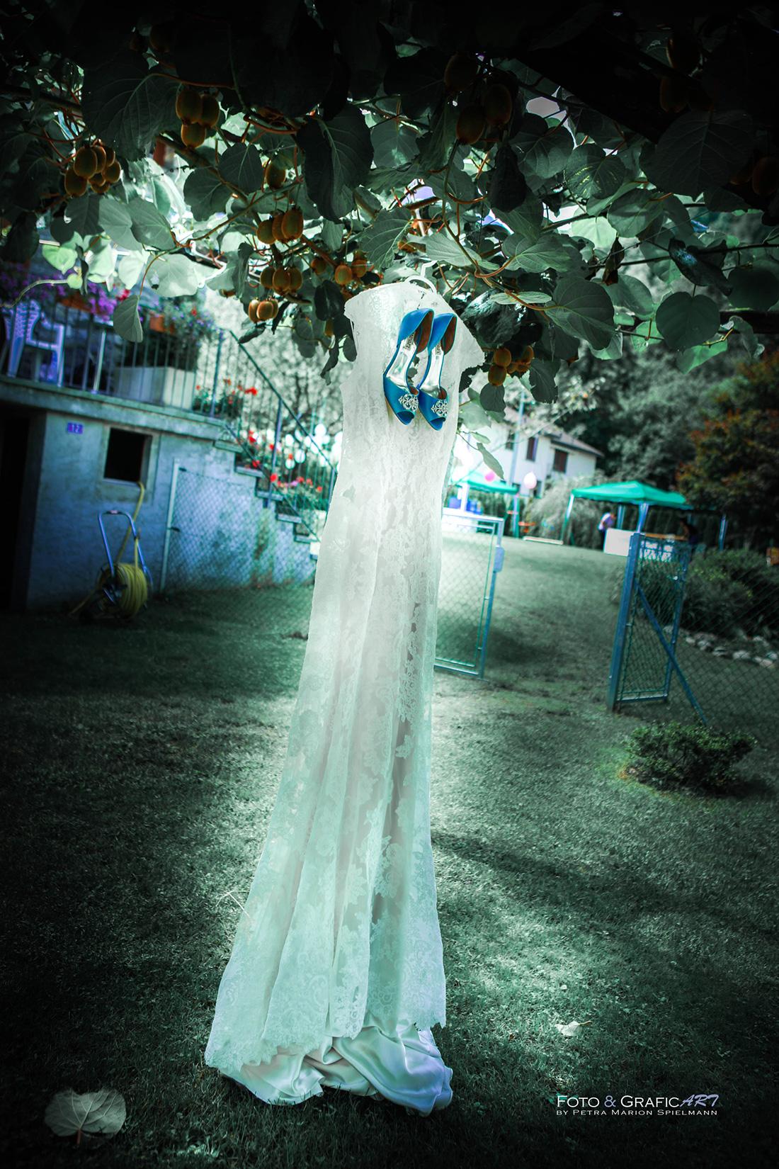 Abito da sposa appeso ad un albero
