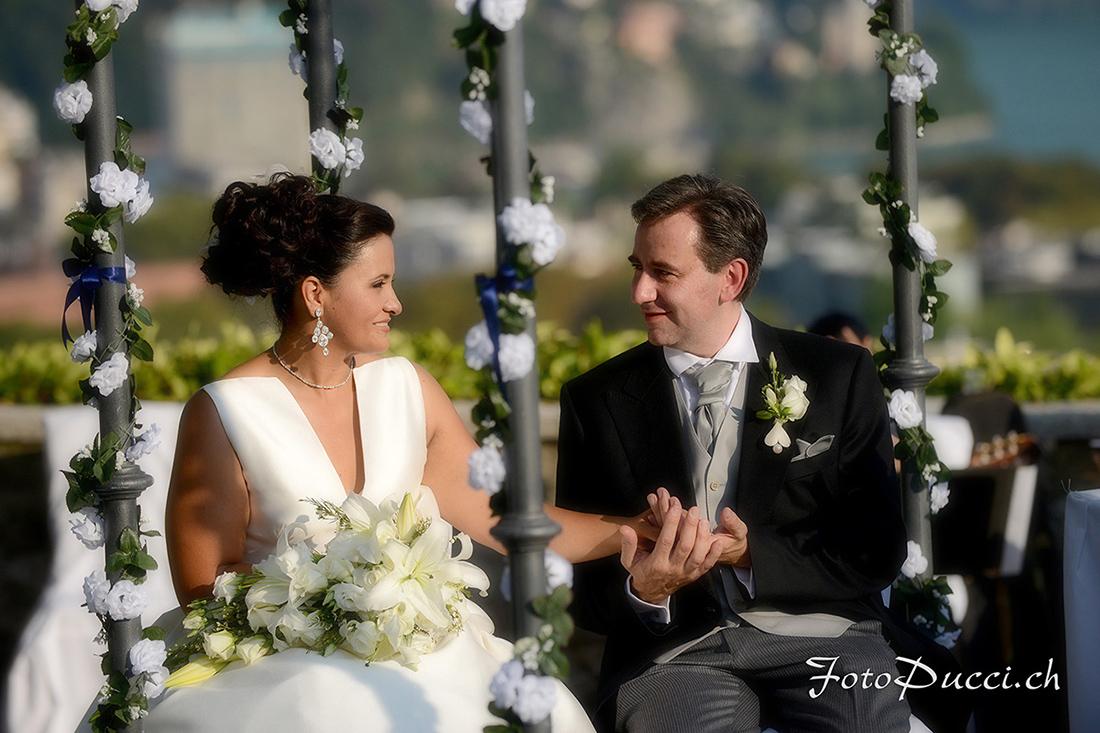 Sposi si tengono la mano seduti su una panchina