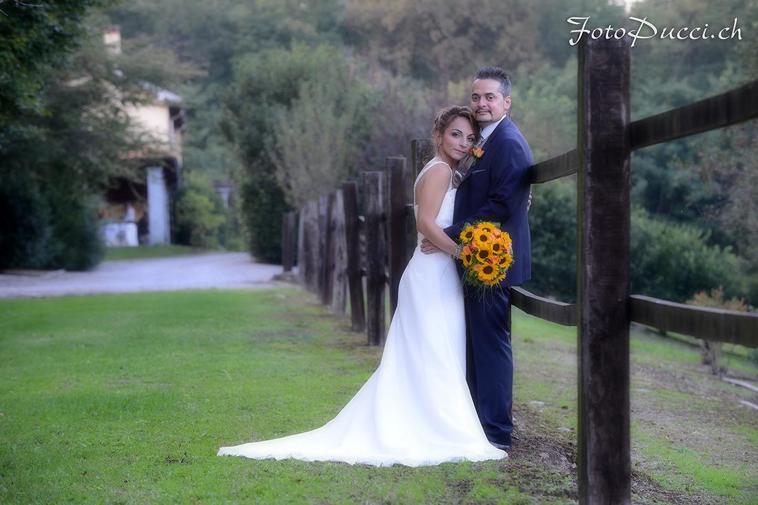 Coppia di sposi in posa in un giardino