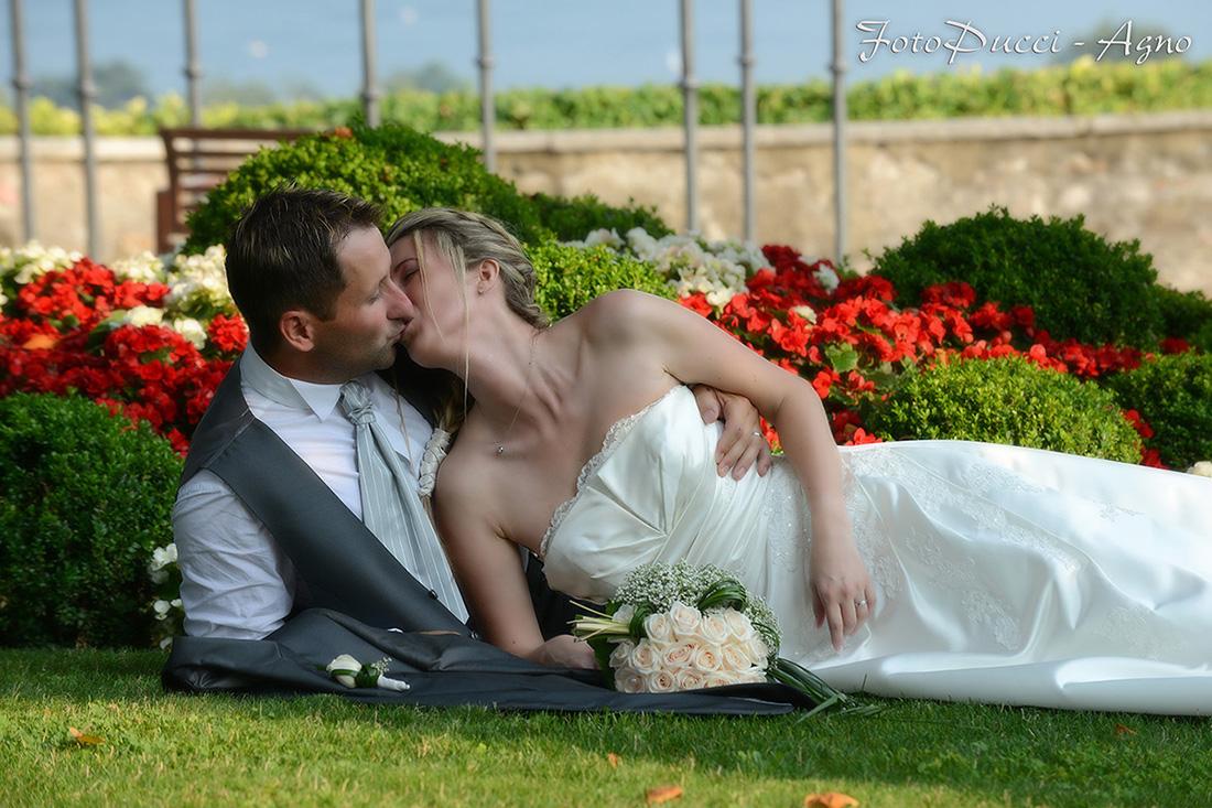 Bacio tra un coppia appena sposata
