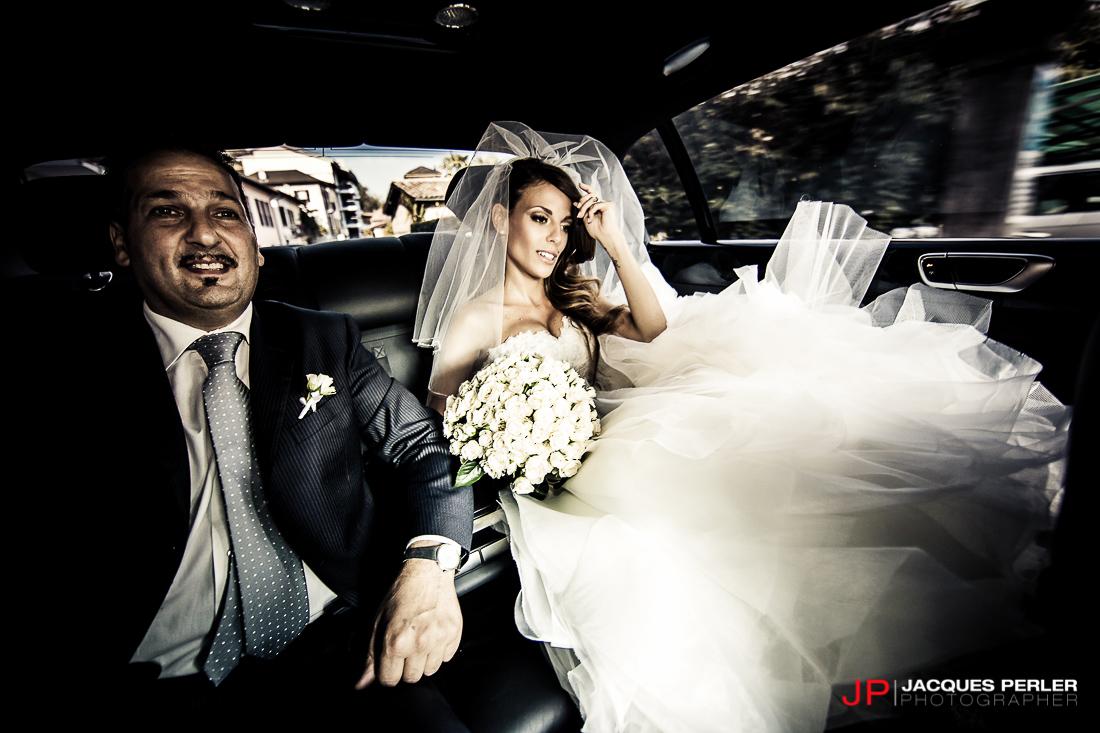 Sposa nell'automobile in direzione della Chiesa