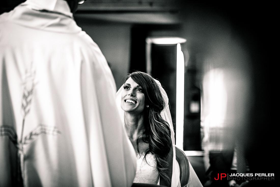 Sposa sorridente durante il matrimonio