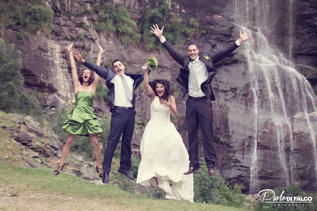 Fotografia di gruppo degli sposi con i testimoni