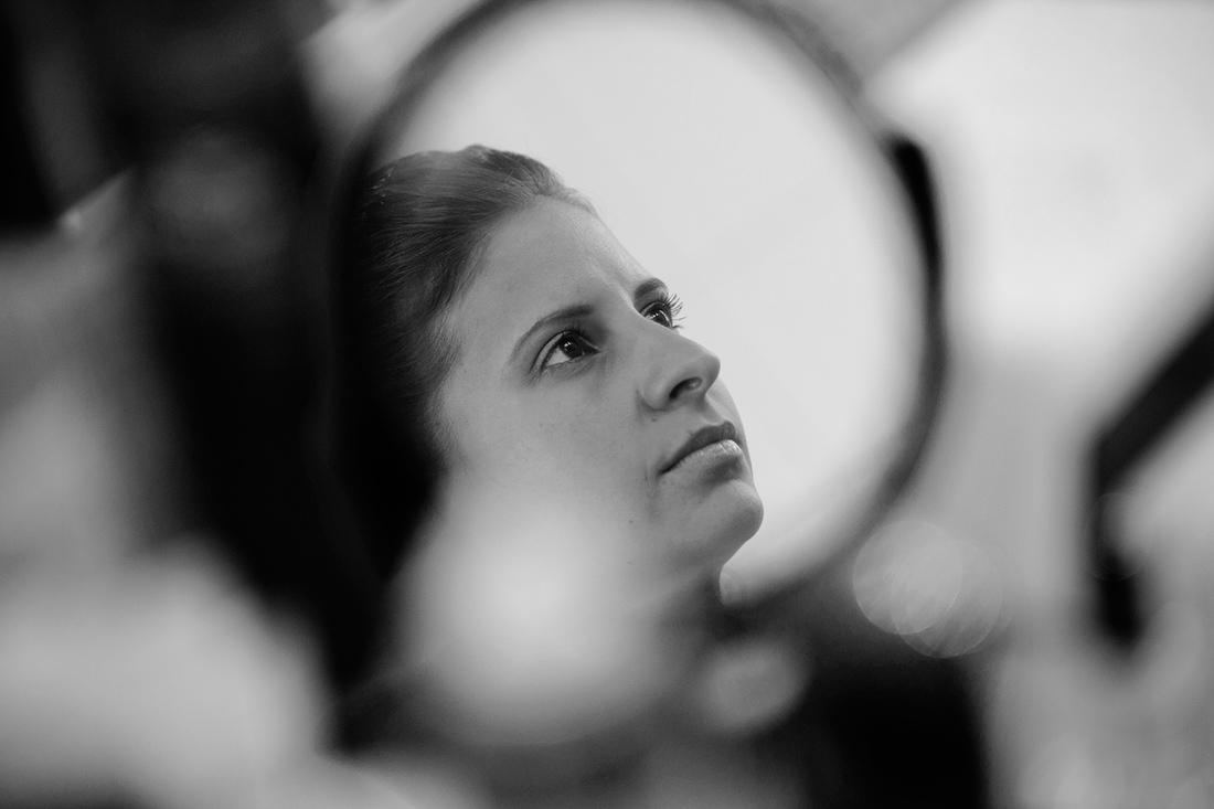 Sposa riflessa in uno specchio