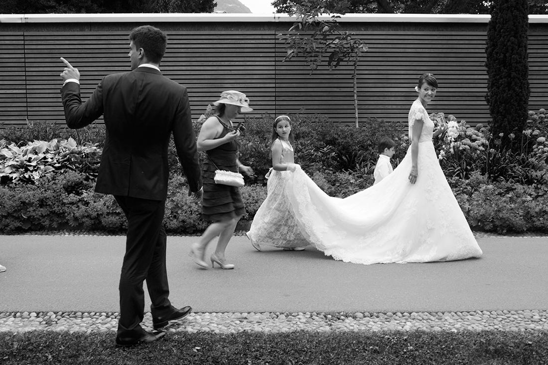 Bambina solleva abito sposa da terra