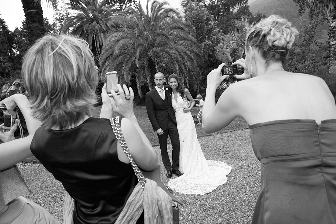 Ospiti fotografano sposi in posa